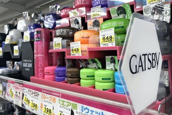 ドラッグストアの男性用化粧品コーナーで多くの商品が並ぶ
