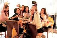 映画『SUNNY 強い気持ち・強い愛』 韓国映画の名作を、1990年代の日本を舞台にリメイク。広瀬すず、山本舞香、池田エライザらがコギャル化して熱演する。音楽は小室哲哉が手掛けた。(公開中/東宝配給)(C)2018「SUNNY」製作委員会