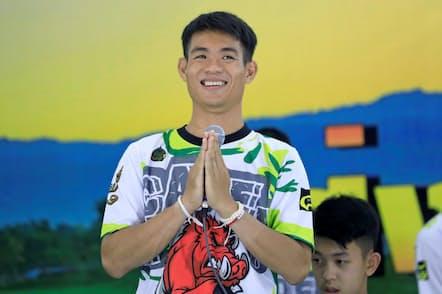 2018年7月18日に行われた記者会見で自己紹介するサッカーコーチのエカポン・チャンタウォーンさん(REUTERS/Soe Zeya Tun)
