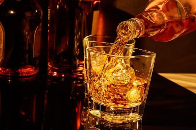 """ウイスキーやウオッカなどをストレートで飲む人は、チリチリっと焼けるような刺激が""""食道を降りていく""""感覚が好きな人が多いだろう。だが、この飲み方にはあるリスクが…。(c)Donato Fiorentino-123RF"""