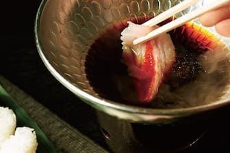 キンメダイの身をグツグツ煮えた割り下に潜らせ、ササッと引きずる