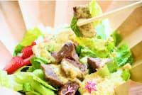 野菜も肉もチーズもがっつり入った「アロハサラダ原宿店」のサラダ