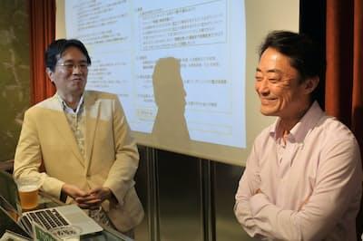 休憩時間に談笑する西川千春氏(右)と本間龍氏(9月17日、東京都世田谷区)