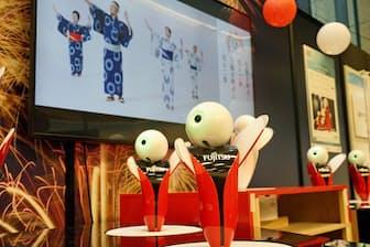 東京五輪音頭に合わせて踊る富士通のコミュニケーションロボット「ロボピン」