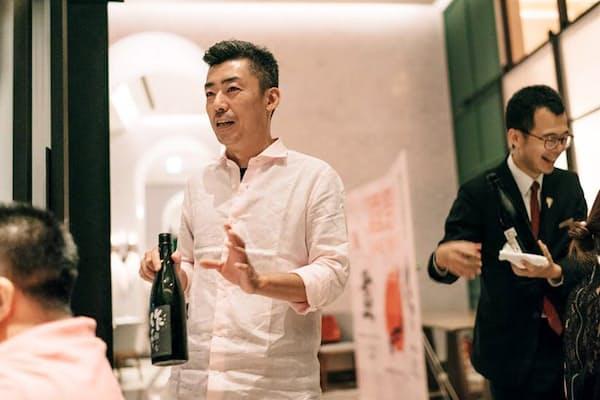 日本酒セミナーで熱心に解説をするマイケル・オウさん(中)