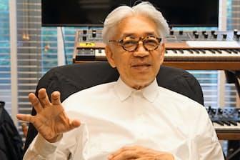 ニューヨークのスタジオでインタビューに答える坂本龍一さん(マンハッタン・ウエストビレッジで)
