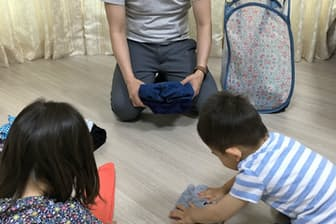 子どもたちは親から仕事を任されたことがうれしいらしく、競い合って家事の洗濯物たたみに取り組む