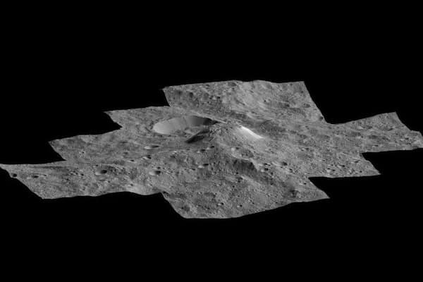 NASAの探査機ドーンが撮影した準惑星ケレスの写真から作成された画像。盛り上がっている部分は、アフナ山と名付けられた謎の氷火山(PHOTOGRAPHY BY NASA/JPL/DAWN MISSION)