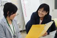 再雇用された岡田真由さん(右)は現在、新入社員の指導役を担っている(明治安田生命保険千住支社、東京都足立区)
