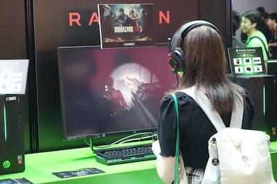 東京ゲームショウ2018では家庭用ゲーム機だけでなくゲーミングPC関連ブースも多く見られ、様々な人がゲームを体験していた