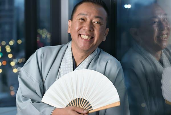 1964年埼玉県生まれ、88年に林家こん平に入門。2000年に真打ち昇進。06年から日本テレビ系の「笑点」レギュラーに。古典落語「芝浜」の会を20年以上続けている。楽譜は読めないが、クラリネットに最近挑んでいる。岡村 享則撮影