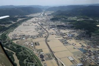 西日本を襲った豪雨で冠水した市街地(7月、岡山県倉敷市真備町)