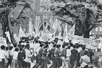 8年ぶり、ほぼ全学部がストに入った東大構内でデモをする学生(1968年6月、安田講堂前)