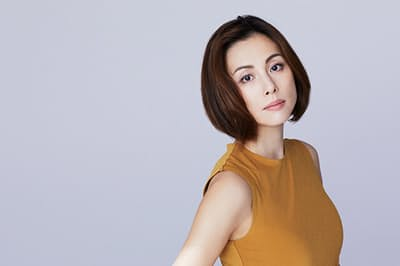 米倉さんの生き生きとした表情、さらに魅力を増した美貌が際立つ写真も必見!(NikkeiLUXEより)