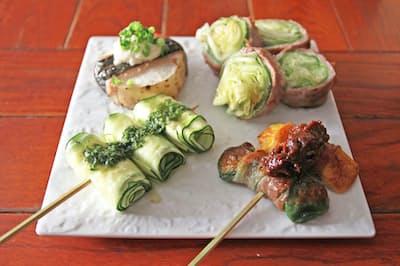レタスやズッキーニなどの野菜を豚バラで巻いて焼くのが「野菜巻き串」