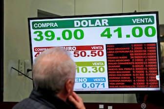 アルゼンチンの通貨ペソは下落が止まらない(ブエノスアイレス)=ロイター