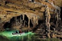 クリジナー鍾乳洞全長8273メートルの洞窟。エベレストの標高に匹敵する長さだが、スロベニアでは中規模の洞窟とみなされている。エメラルドグリーンの湖がいくつもつながる美しい洞窟で、全体が手厚く保護されている(年間の入場者数を1000人に制限)(PHOTOGRAPH BY ROBBIE SHONE, NATIONAL GEOGRAPHIC)