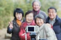 シニアの旅行では記念撮影をこなす形になりがちだ。写真はイメージ =PIXTA