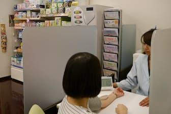 最近は薬局などで血圧を測定できる場所が増えている(東京都千代田区の日本調剤駿河台薬局)
