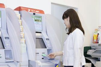 コンビニATMをよく利用する人は手数料に留意したい(セブン銀行のコンビニATM)