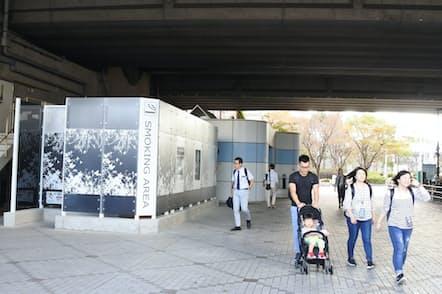 海浜幕張駅そばの鉄道ガード下に開設された公衆喫煙所(右奥は公衆トイレ、千葉市)