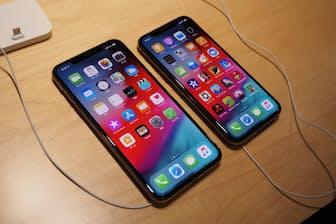 2018年のiPhone新機種「iPhone XS」と「iPhone XS Max」。17年の「iPhone X」の系譜を継いだモデルで機能は充実しているが、価格はいずれも10万円を超える