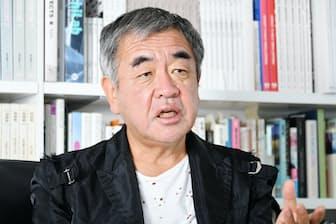 1954年生まれ。東京大学建築学科大学院修了。1990年隈研吾建築都市設計事務所設立。東京大学教授。その土地の環境、文化に溶け込む建築を目指し、新国立競技場など、多数の設計に携わる。
