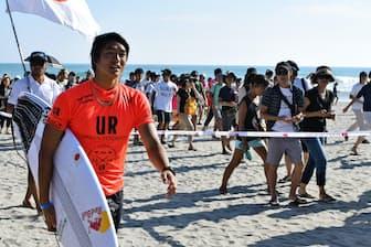 ファンに囲まれる五十嵐カノア選手(愛知県田原市で開かれたサーフィンワールドゲームズ)