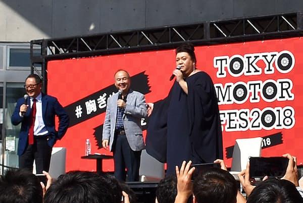 トークで盛り上がる(左から)豊田社長、孫会長、マツコさん(東京都江東区)