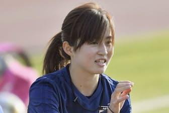 練習の合間にチームメートと話すサッカー女子日本代表の清水梨紗選手(アンマン)=共同
