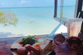沖縄「浜辺の茶屋」。浜辺に建てられ、南向きの大きな窓からは、時間とともに刻々と表情を変える海を見渡すことができる。窓のすぐ下にまでさざなみが押し寄せてくる、満潮時に訪れるのがオススメ