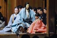 竜神への人柱とされたあや(豊嶋芳野)(右)は緋色の衣装をまとい、天草四郎(金剛龍謹)(中)に伴われて沖宮へ旅立つ