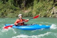 高知県の仁淀川でカヌーに挑戦する武者由布子氏。日常を離れてリフレッシュできるのが長期休暇の利点だ=同氏提供