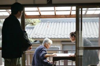 古民家で徘徊演劇の稽古をする役者たち(さいたま市)