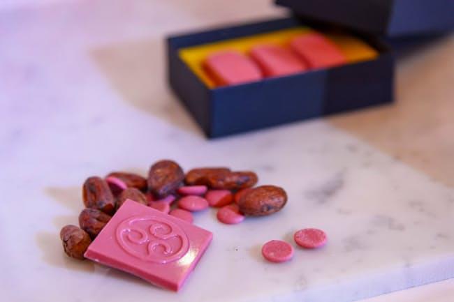 「ルビーチョコレート」はカカオ豆のなかでもルビー色になるカカオ豆を選別して加工している。バリーカレボーが10年以上をかけて開発したという