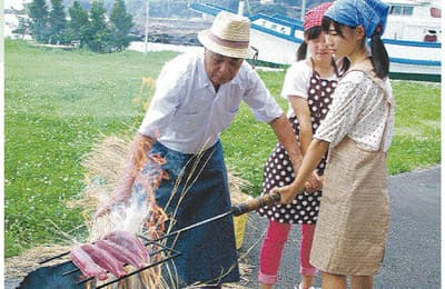 高知県黒潮町でカツオのわら焼きタタキづくりを体験(成蹊学園提供)
