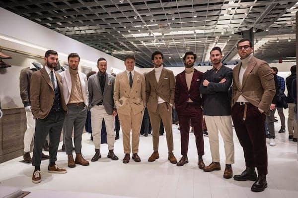メンズファッションの総本山、ピッティウォモでも茶系のファッションが目立った今シーズン。中でも、ブルネロ クチネリのブースでは、個性豊かに茶色を取り入れたスタッフたちが大集合。その中でも最高経営責任者(CEO)のブルネロ・クチネリ氏(左から4人目)は、さすがのいでたち。周囲を心地よく包み込む人間力と、洗練度を同時に感じさせるコーディネートは、今期のスタイリッシュな茶の着こなし方のお手本です。