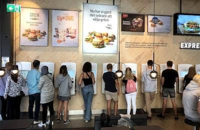 スウェーデンのバーガーチェーン「MAX」には注文・決済端末がずらりと並ぶ