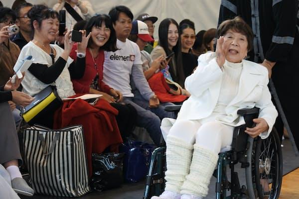 17年10月に開いたねむの木の運動会で声援を送る宮城まり子さん
