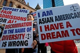 米ハーバード大学がアジア系アメリカ人を入試で不当に扱ったとして抗議する人々(10月14日、ボストン)=ロイター
