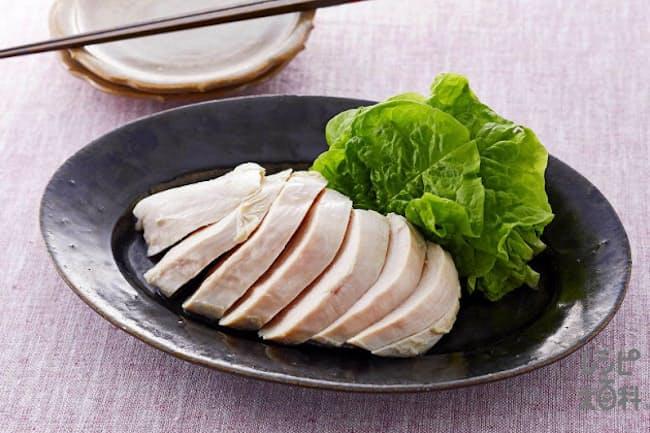 「『鍋キューブ』で作るうま塩サラダチキン」は、電子レンジで加熱した鶏むね肉を「鍋キューブ 鶏だし・うま塩」を溶かした汁に漬けるだけで完成