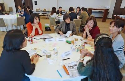合宿で話し合うNPO法人J-WinのExecutiveネットワークのメンバーら(東京都港区)=一部画像処理しています