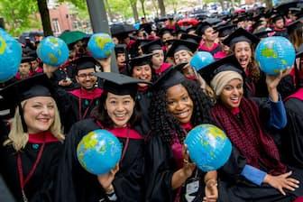 ハーバード大学院の卒業式の様子(nikkei WOMAN Onlineより)=PIXTA