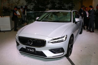 新型「V60」。メーカー希望小売価格は499万~819万円。デザインは、新世代ボルボが取り入れている上品かつモダンなスタイルに仕上げられている。フロントマスクのデザインにエッジを効かせて、若々しさを強調しているのが特徴
