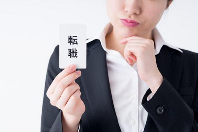転職や退職など人生の転機で忘れてはいけないのが年金の届け出(写真はイメージ=PIXTA)