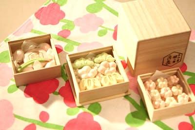 徳島県産の和三盆糖で作られた一口サイズの干菓子。桐箱入りでミニ風呂敷付き