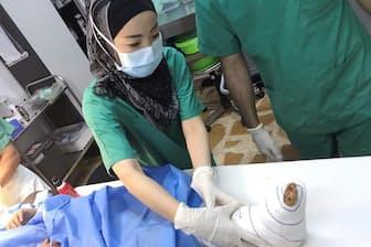 イラクのモスルにて、負傷者の看護に当たる白川さん(nikkei WOMAN Onlineより)=提供/国境なき医師団、2017年