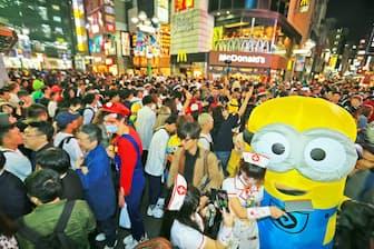 仮装して街に繰り出した人たち(10月27日、東京・渋谷)