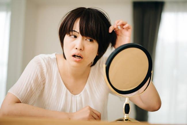 うわあ、とうとう白髪、見つけちゃった…(nikkei WOMAN Onlineより)=PIXTA