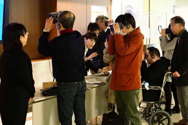 ロビーで東京交響楽団が開発したVRアプリを体験する来場者ら(3月、川崎市のミューザ川崎)=ヒダキトモコ撮影